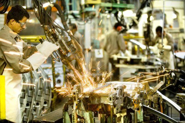 Atividade e emprego industrial sobem em fevereiro, mas uso do parque fabril recua
